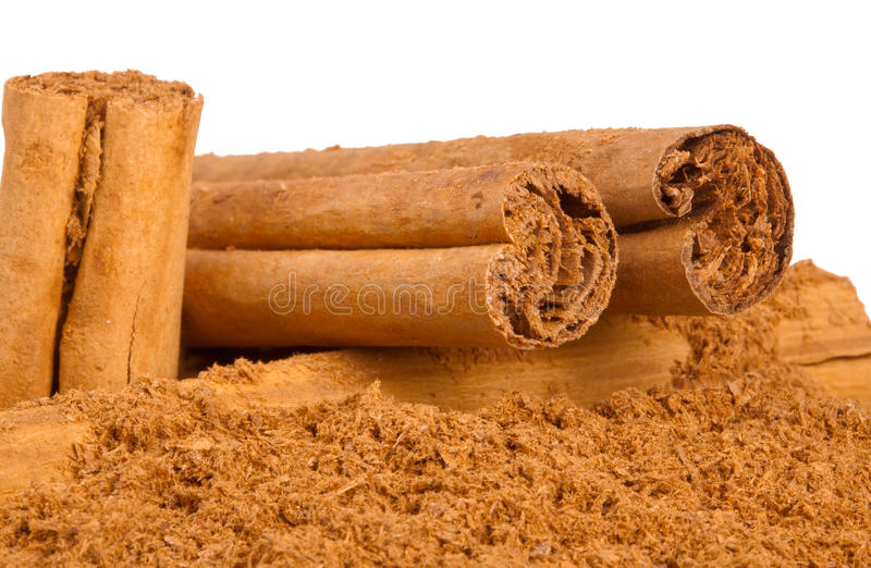 Stokken en de gemalen kaneel van Ceylon stock foto