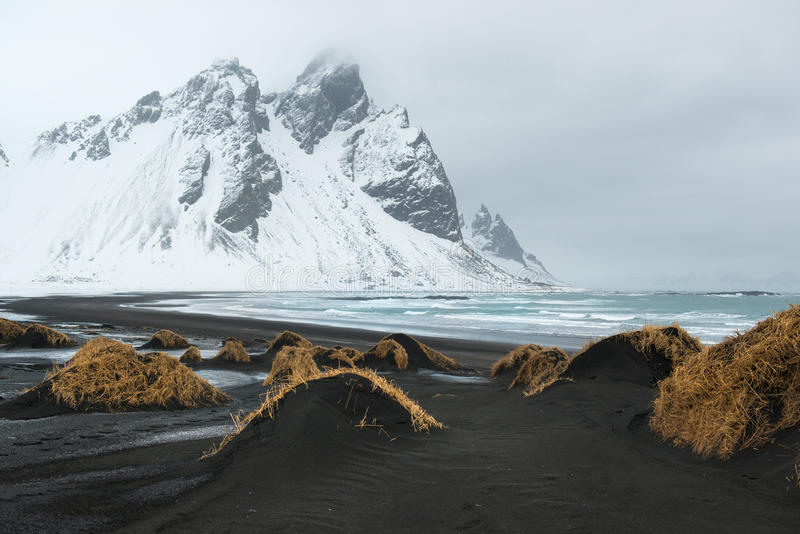Stokksnes半岛, Vestrahorn山和黑沙丘在海洋,冬天风景,冰岛 图库摄影