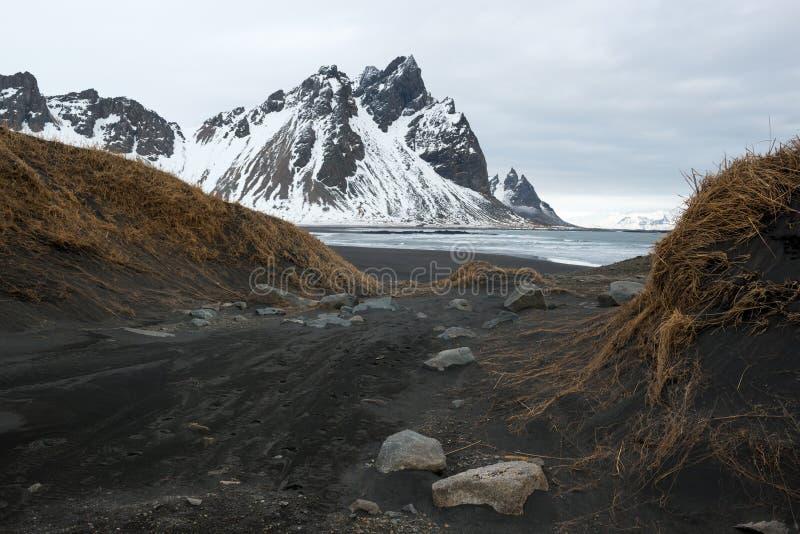 Stokksnes半岛, Vestrahorn山和黑沙丘在海洋,冬天风景,冰岛 免版税库存图片