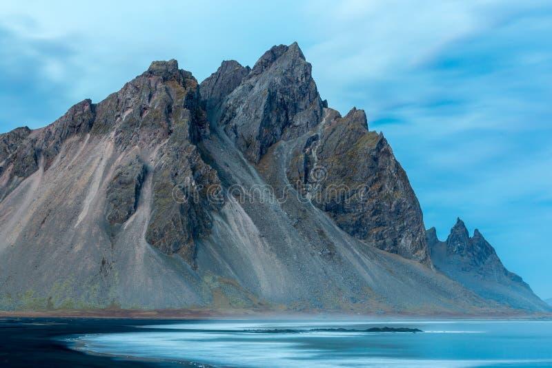 Stokksnes e a montanha e a paisagem bonitas sul de Vestrahorn Islândia imagens de stock royalty free