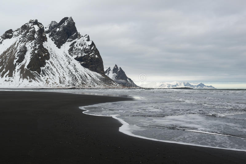 Stokksnes półwysepa, Vestrahorn góry, i czarna piaska oceanu wybrzeża linia, Iceland zdjęcie stock