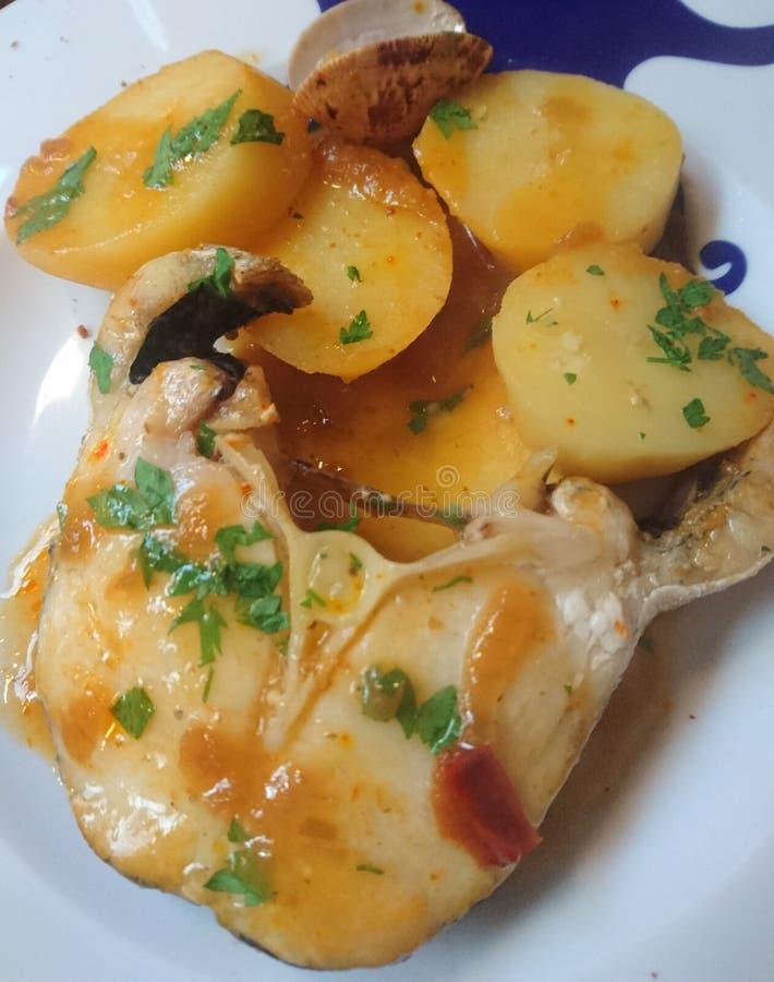Stokvissen met aardappels stock foto's