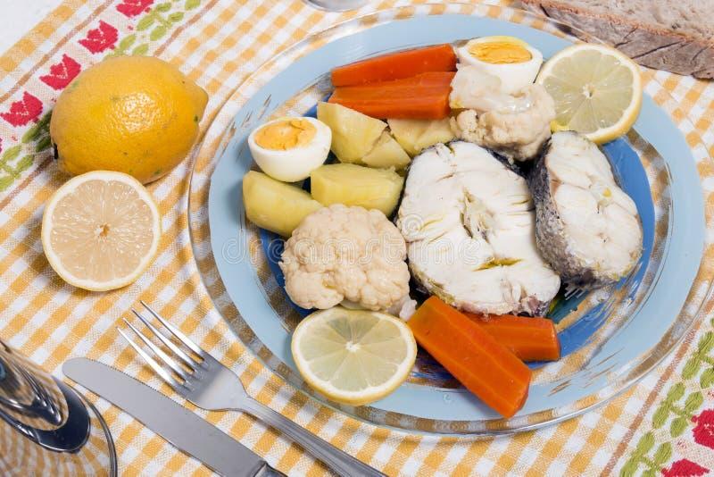 Stokvissenvissen met bloemkool en aardappels stock foto's