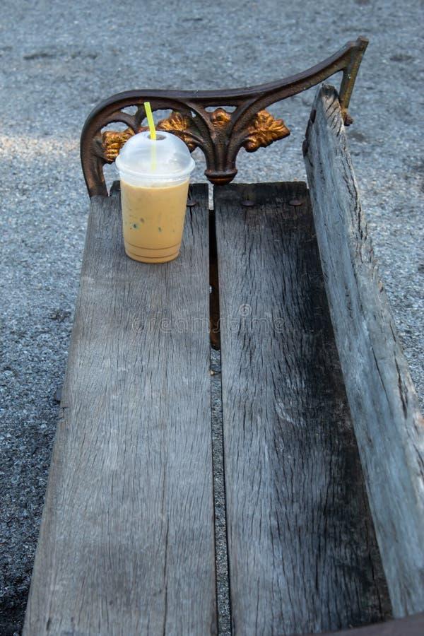 Stolövning och kall kaffemorgon för drink arkivfoto