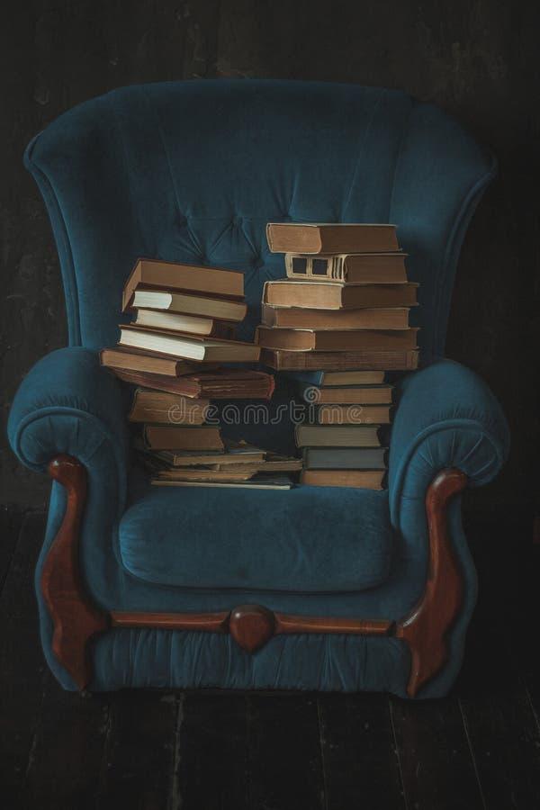 Stol med böcker royaltyfri fotografi