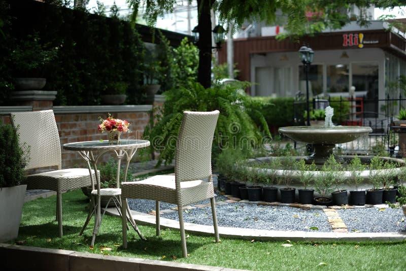 Stol och tabell i coffee shop royaltyfri bild