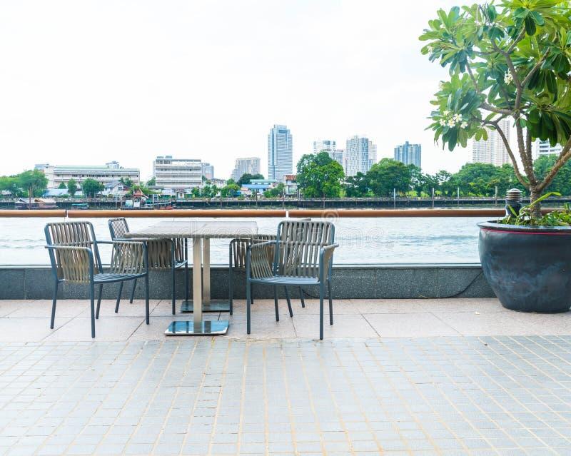 stol på terrassrestaurangen med stadssikt arkivbilder