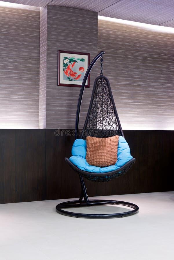 Stol som hänger på en kedja i hotelllobbyen arkivbilder