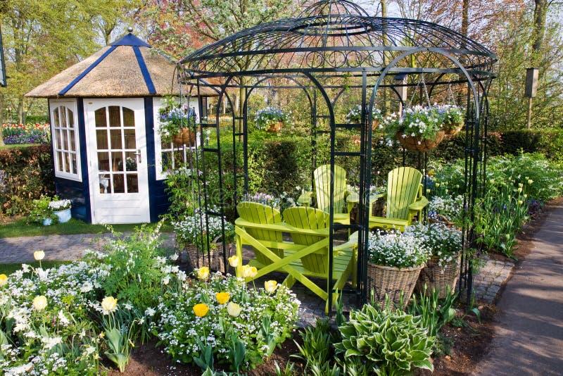 stolar arbeta i trädgården det trevliga huset royaltyfria foton