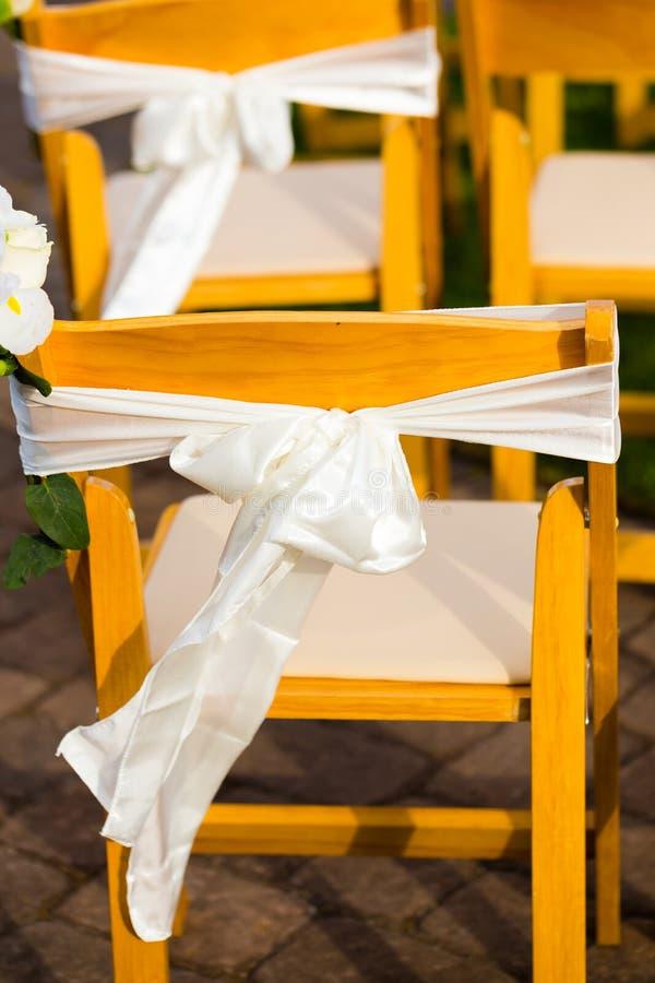Stolar för bröllopmötesplatsceremoni arkivfoton