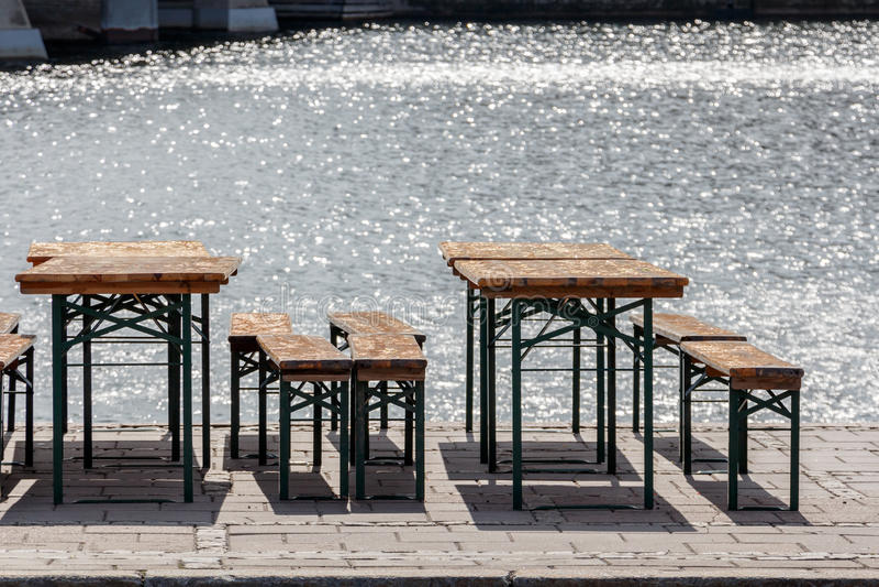 stolar för tappning för offentlig ölträdgård gamla och platsbänkar, tabeller a royaltyfri fotografi