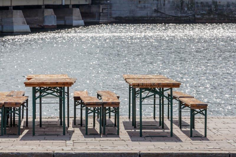 stolar för tappning för offentlig ölträdgård gamla och platsbänkar, tabeller a arkivbilder