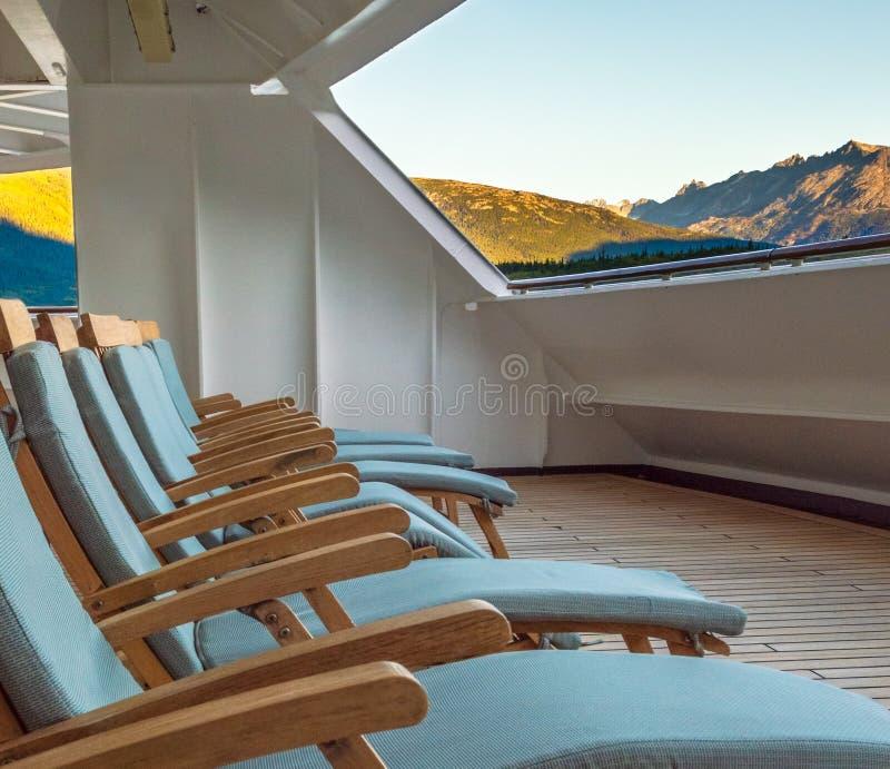 Stolar för trädäckvardagsrum på soluppgång, barsk veranda av kryssningskeppet, Skagway, AK royaltyfri fotografi
