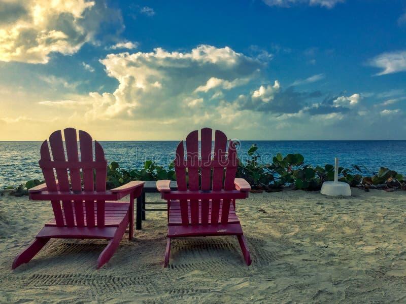 Stolar framme av stranden på sommartid arkivbild