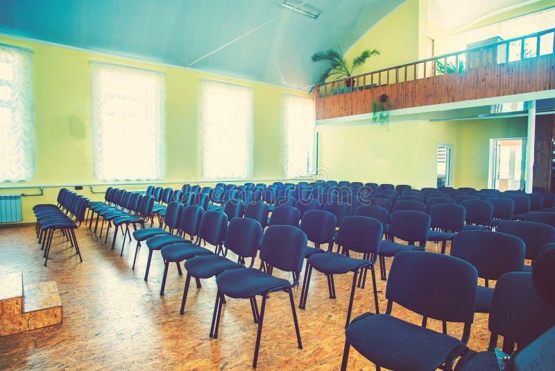 Stolar i det tomma rummet för kapaciteter royaltyfria bilder