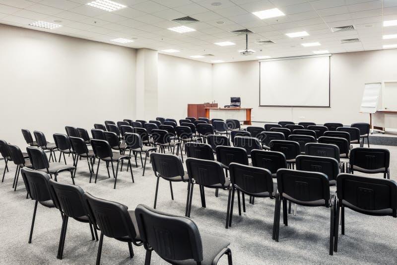 Stolar i konferenskorridor arkivbild