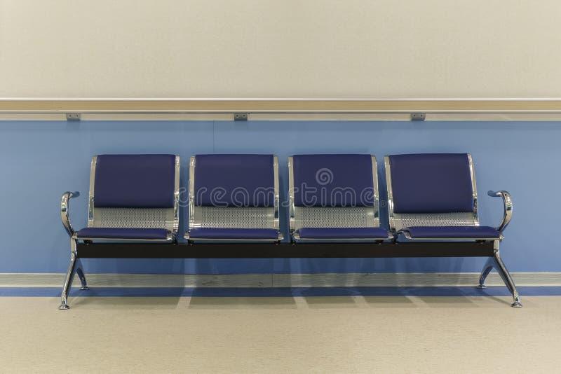 Stolar i sjukhuskorridor royaltyfri bild