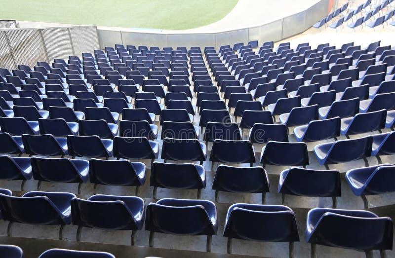 stolar med inga åskådare på stadionblekarna arkivfoto