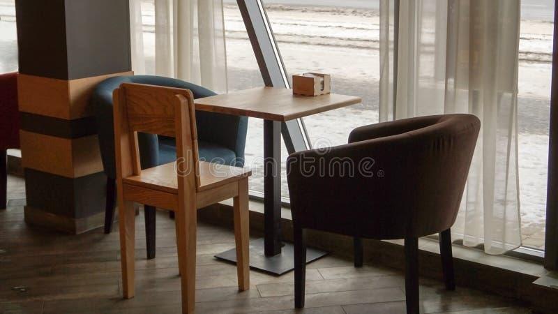 Stolar och tabell i ett kafé royaltyfria foton