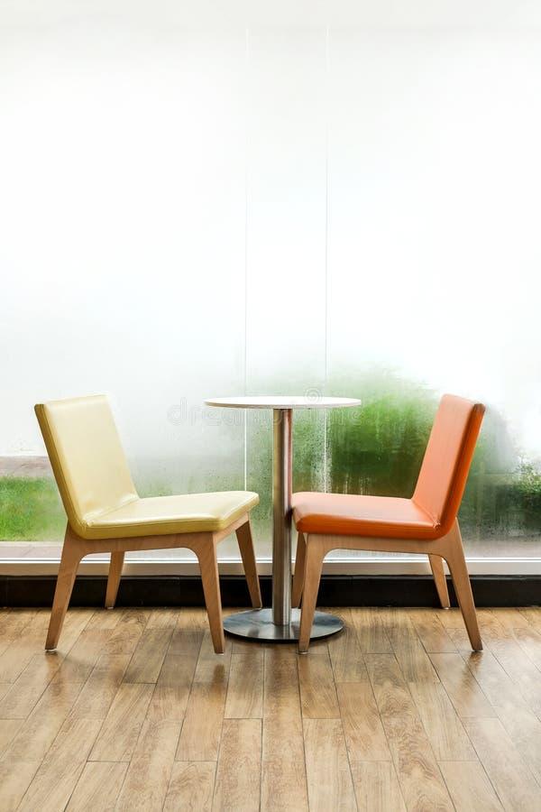 Stolar och tabell i rummet royaltyfri bild