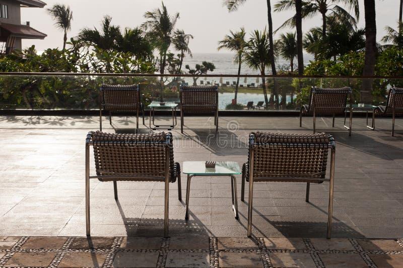 Stolar på balkongen med sikt till stranden och havet royaltyfri fotografi