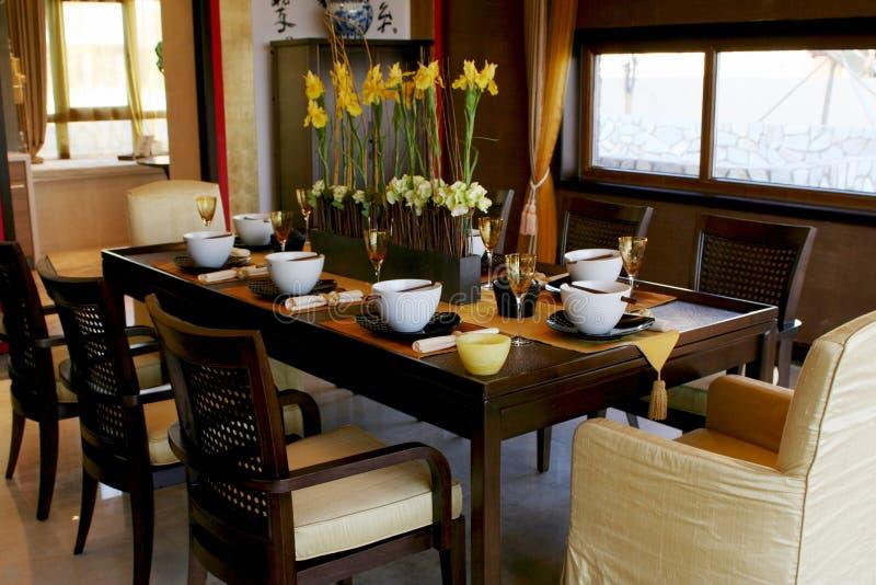 stolar som äter middag tabellen arkivbild