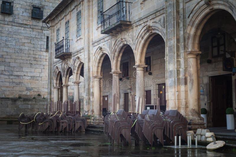 Stolar som väntar på turister i den Santiago de Compostela Galicia regionen, Spanien arkivfoto