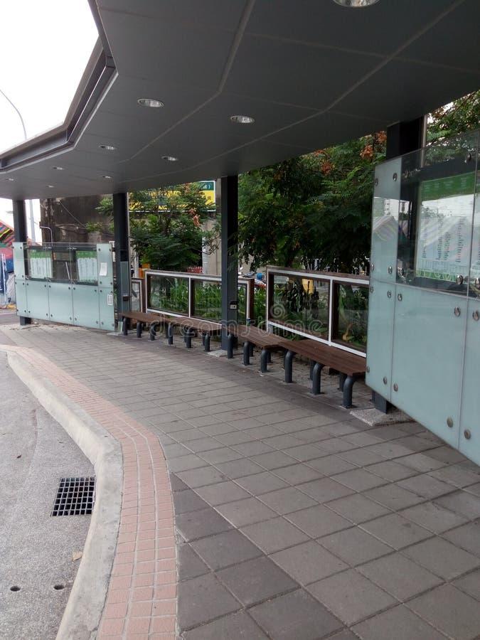 Stolar väntande område utanför drevstationen royaltyfria bilder