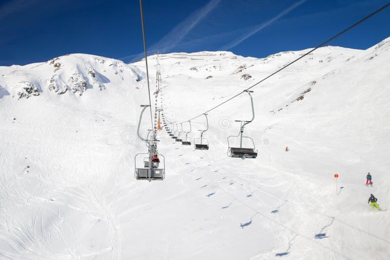 Stolelevator på en St Anton f.m. Arlberg för skidasemesterort royaltyfri fotografi
