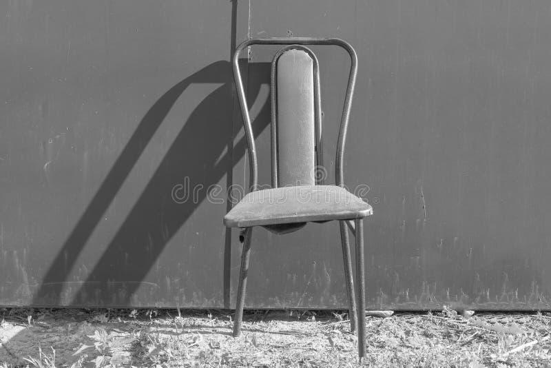Stolen för 3 ben Brutet stolben, ett symbol av brist av teamwork arkivfoton