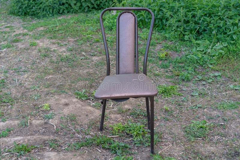 Stolen för 3 ben Brutet stolben, ett symbol av brist av teamwork royaltyfri fotografi