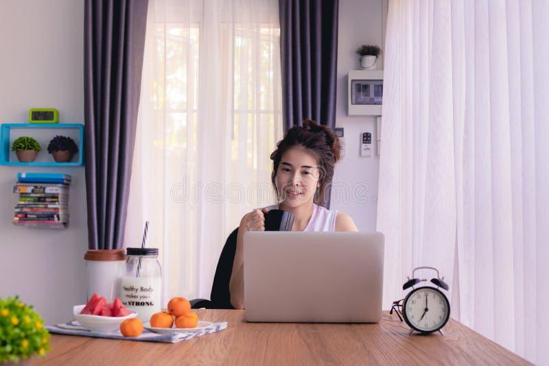 Stolik kuchenny z młodą, azjatycką kobietą pijącą kawę fotografia royalty free