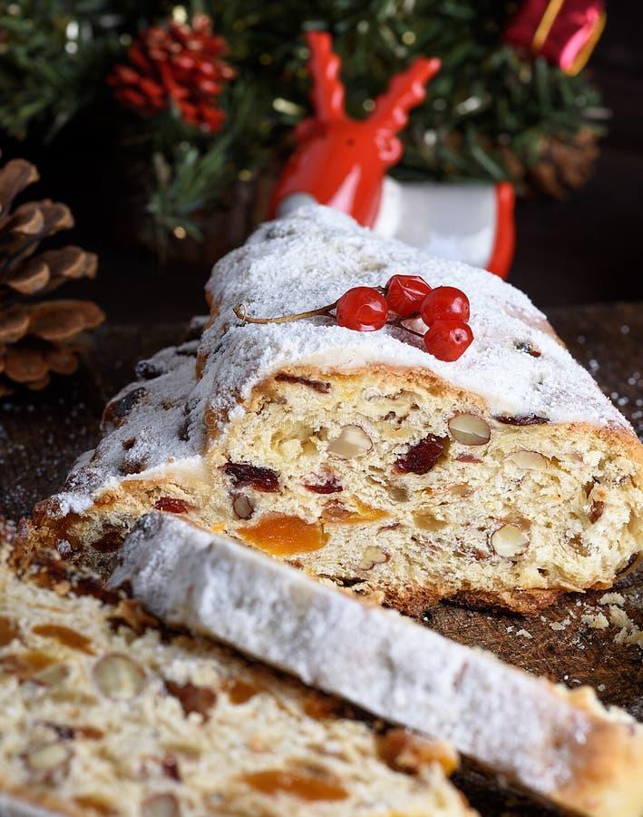 Stollen烘烤了与坚果和脯的一个传统欧洲蛋糕 免版税库存图片