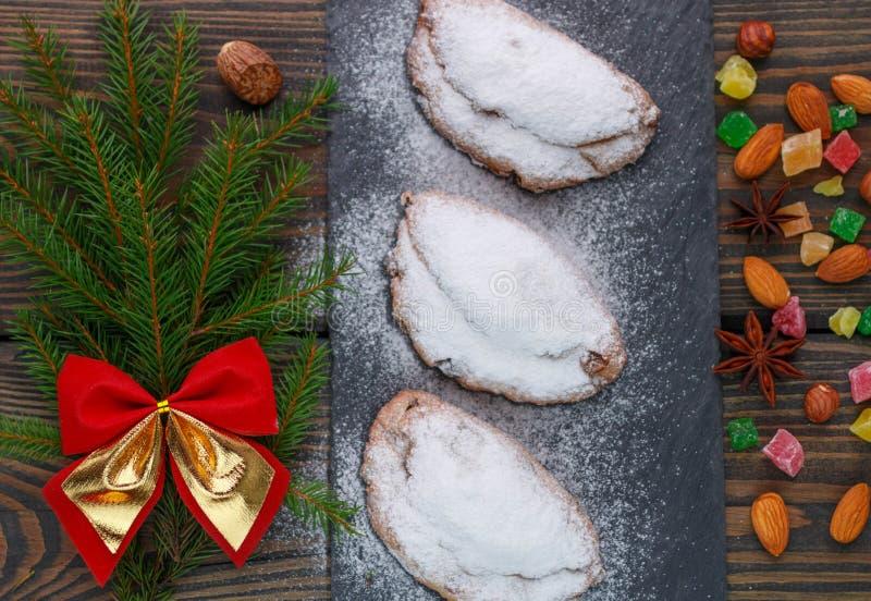 Stollen Mini stollen Traditioneller Weihnachtskuchen mit Nüssen, Rosinen und kandierter Frucht lizenzfreies stockbild