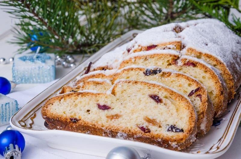 Stollen Tradycyjny Niemiecki Bożenarodzeniowy drożdżowy tort z wysuszonymi owoc i dokrętkami fotografia stock