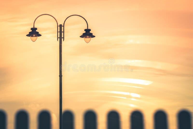 Stolpe för gatalampa på skymning fotografering för bildbyråer