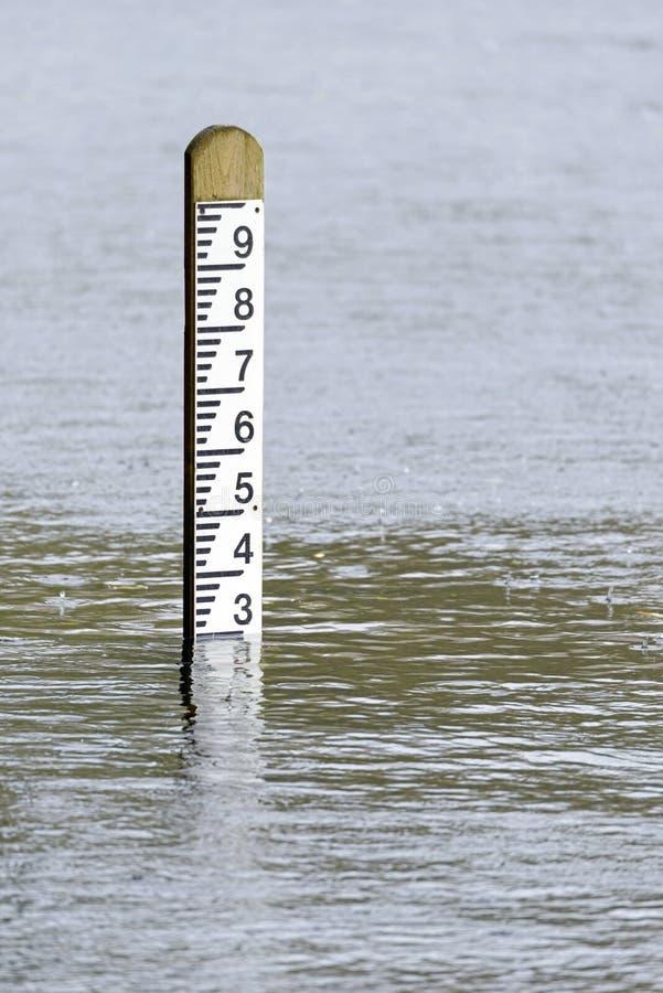 Stolpe för markör för djup för vatten för flodnivå arkivfoton