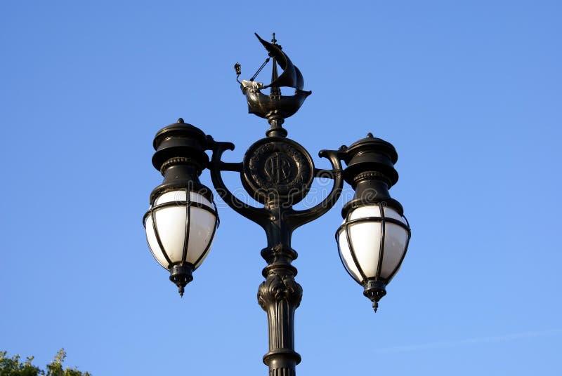 Stolpe för tappninggatalampa med skeppskulptur i London, England arkivfoton