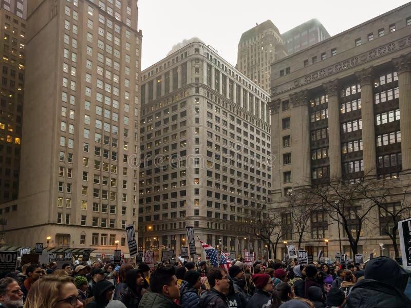 Stolpe-invigning trumfprotest på Daley Plaza, Chicago royaltyfria bilder
