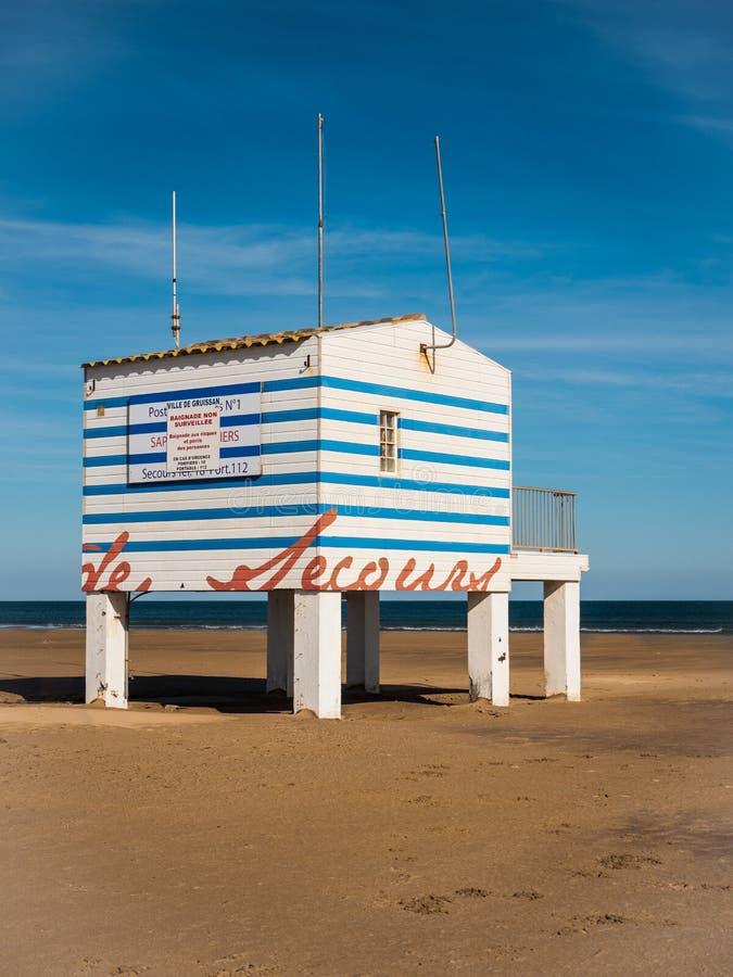 Stolperäddningsaktion på den franska Gruissan stranden royaltyfri bild