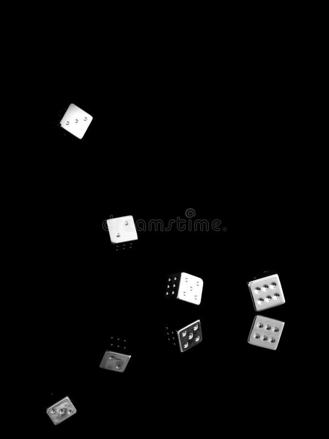 Stolpernde glänzende Würfel, auf schwarzem Hintergrund Geschäftskonzept, Erfolg usw. lizenzfreies stockfoto