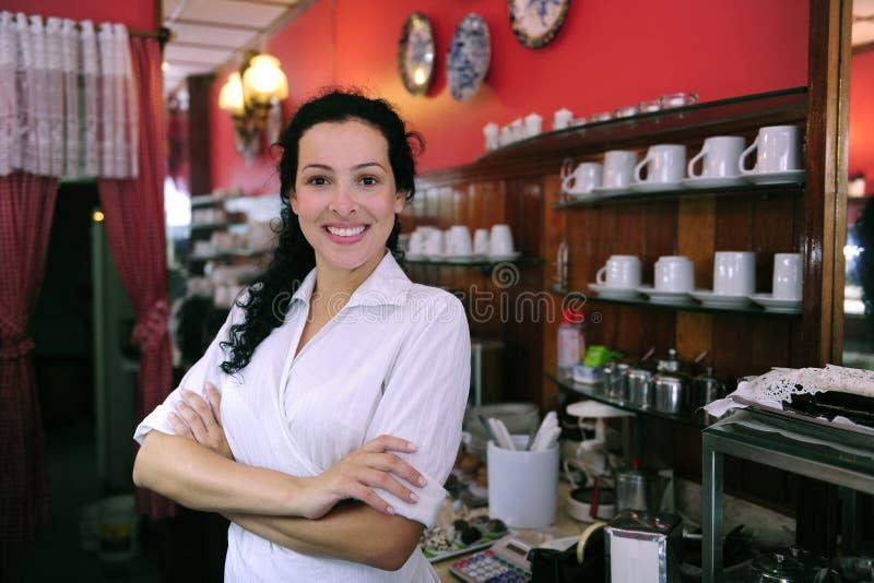 stolt cafeägarebakelse shoppar royaltyfri foto