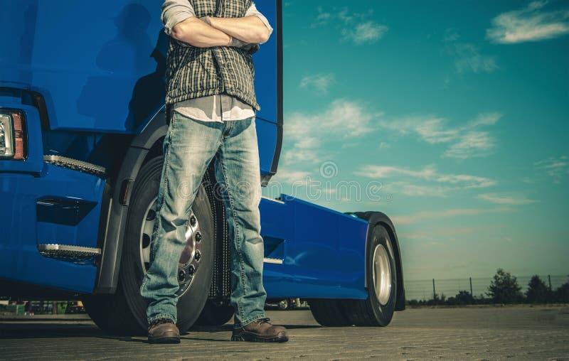 Stolt Caucasian lastbilsförare arkivbilder