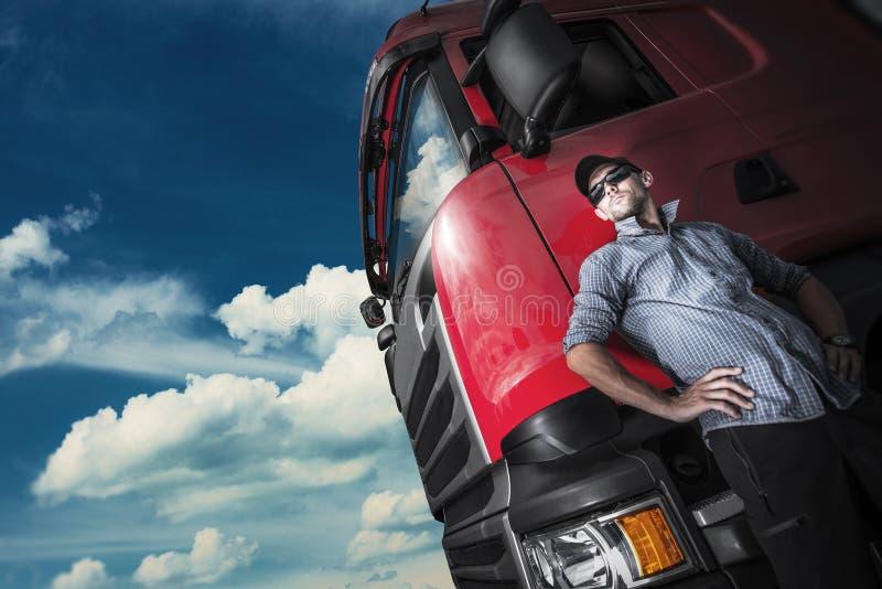 Stolt lastbilsförare och hans lastbil royaltyfri fotografi