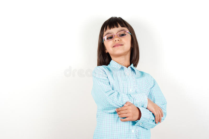 Stolt liten flicka med exponeringsglas arkivbild