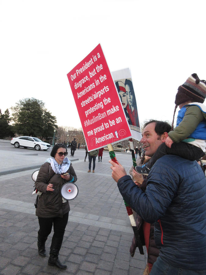 Stolt person som protesterar arkivfoton