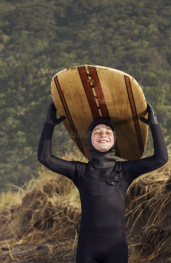 Stolt ung surfare fotografering för bildbyråer