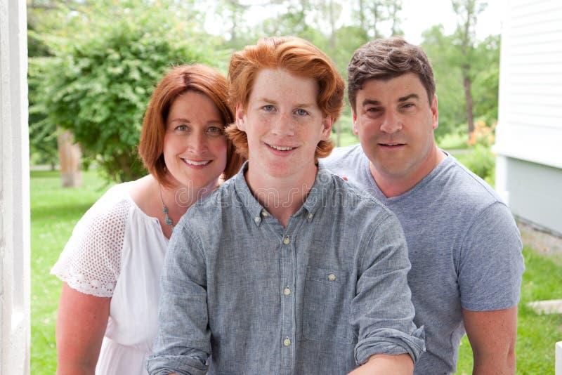 Stolta föräldrar med sonen royaltyfri fotografi