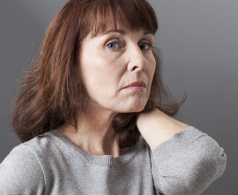 Stolthet och arrogans för desillusionerad 50-talkvinna fotografering för bildbyråer