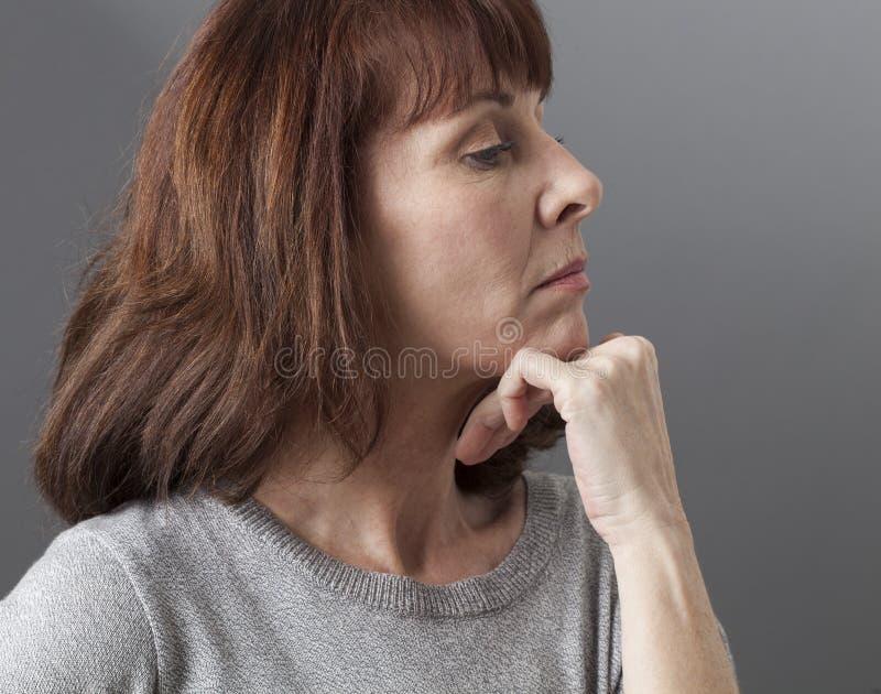 Stolthet och arrogans för missnöjd 50-talkvinna royaltyfri bild